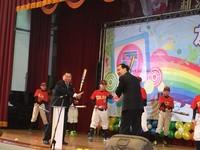 朱立倫宣導校園友善週 與小球員一同揮棒打擊反霸凌