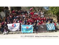 淡江大學生赴鎮西堡部落服務 雪景前拍畢業照