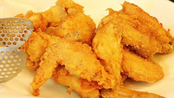 ... 將油溫升高後,再把雞翅、雞小腿回鍋炸至金黃酥脆