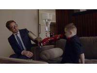 小羅勃道尼親自為獨臂男孩送上鋼鐵人手臂讓他重生