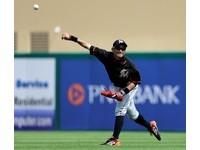 MLB/鈴木一朗頂級長傳 施展41歲級超驚雷射肩