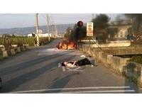 機車高速對撞瞬間火燒車 2騎士彈飛手腳骨折逃過死劫