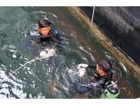 水下作業大隊幫撈手機挨轟 網:不撿被唸,撿了被嫌