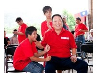 王令麟捐助「愛的專車」 花蓮偏鄉學童求學路有愛相伴