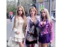 「白俄佳麗」淫照露天然美胸 烏克蘭「芭比母女」成妖