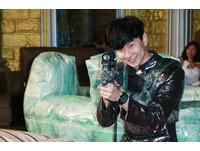 林俊傑見偶像黑武士推蛋糕 1秒變大男孩討合照