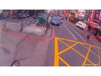 公車擋住視線 台中機車騎士被小貨車撞飛