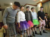 段宜康挺舞台劇穿粉紅蓬裙 雙腿夾緊被封「最美」