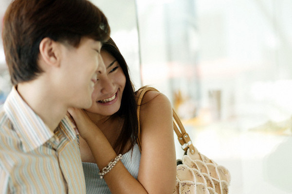 男生陪女友買包包。(圖/達志/示意圖)