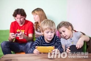 孩子邊吃飯邊滑手機 小心變胖又變脾氣暴躁