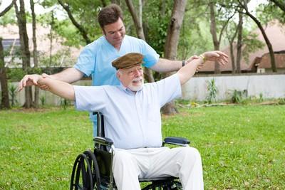 75歲以上長者「每5人就有1人」骨鬆 身高變矮、駝背等警訊注意