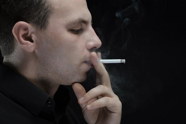 抽菸。(圖/達志/示意圖)
