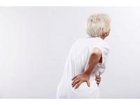 常感腰痠跌倒癱瘓 78歲翁意外揪出「攝護腺癌骨轉移」