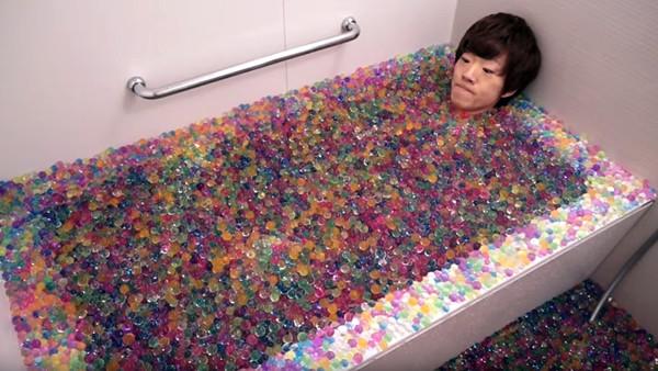 10萬顆水晶土泡澡!挑戰到一半浴缸就撐爆了..