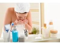 用素顏霜不用卸妝嗎?醫生:最好用水性類的東西來清潔