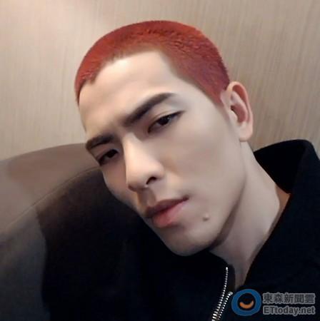 蕭敬騰半夜變身《灌籃高手》櫻木 紅髮平頭100%神複製