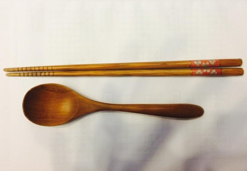 木製餐具,木筷,木湯匙。(圖/記者嚴云岑攝)