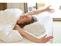 不想睡到腰痠背痛?挑床墊記住3:1原則 平躺用手測貼和度
