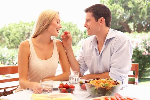 情侶,戀人,戀愛,男女,兩性,餵食,吃東西,互餵,談念愛。(圖/達志/示意圖)