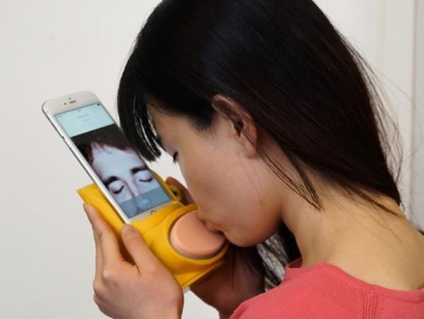 有它就能透過手機熱吻,網友:這哪裡買?!