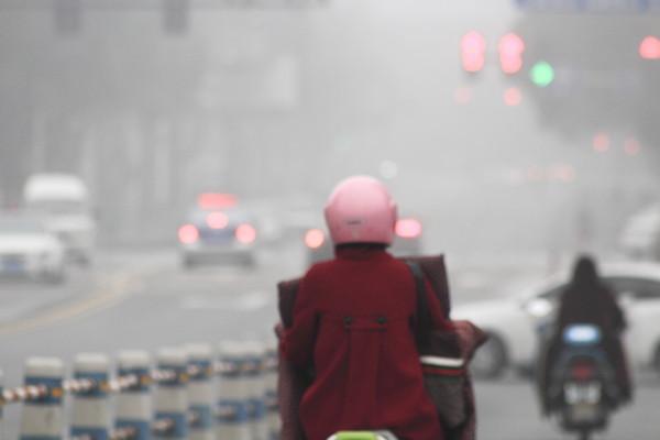 空汙每年死160萬人 大陸祭400億讓計程車「電動化」!(圖/CFP視覺中國)