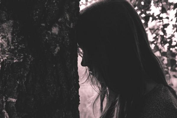 哭泣,難過,孤單,單身,女孩,女生,內向。(圖/取自librestock網站)