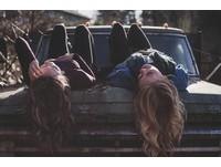 愛和妹妹鬥嘴? 研究:有姊妹會讓你更快樂、更樂觀!