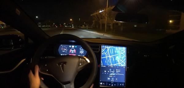 「版本2.0」有比較強嗎?特斯拉自動駕駛輔助系統影片實測(圖/翻攝自Tesla)