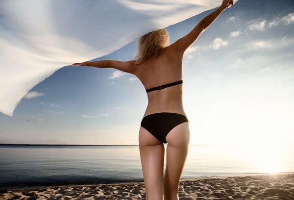 ▲女性,背部,海邊,屁股,比基尼,夏天,曬太陽,美背。(圖/達志/示意圖)