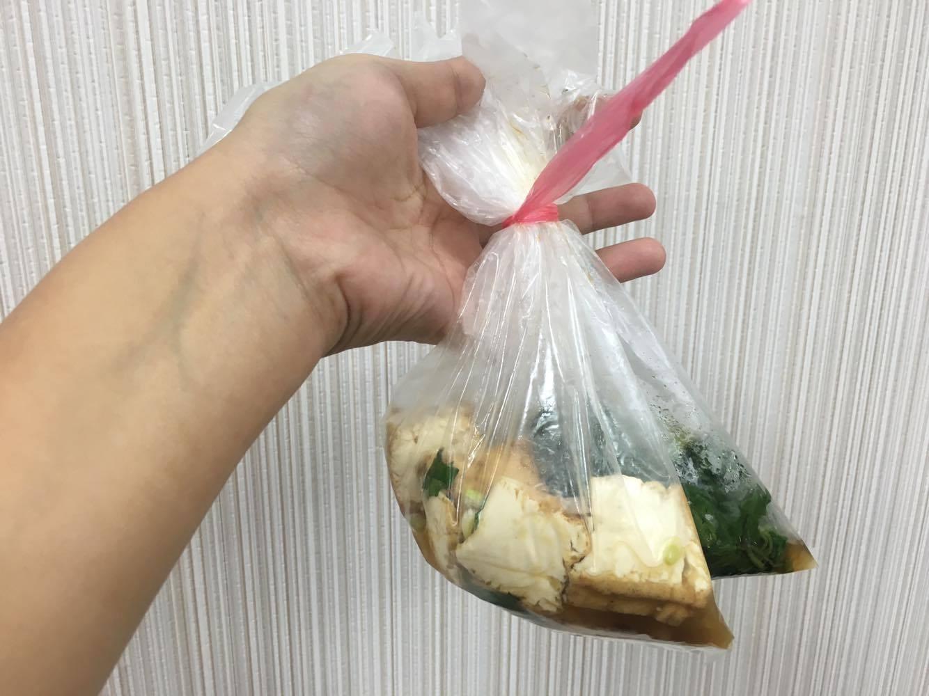 熱食,塑膠袋裝熱食。(圖/記者嚴云岑攝)