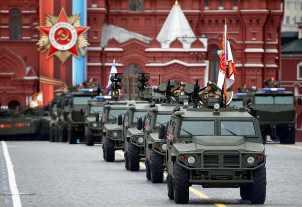 俄羅斯紀念二戰結束「勝利日」閱兵,Tigr-M全地形步兵車和Kornet-D1反坦克導彈系統。(圖/路透社)