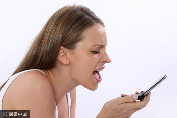 ▲▼憤怒的正妹,對電話大吼,生氣,女友不爽,氣憤,大吼示意圖。(圖/CFP)