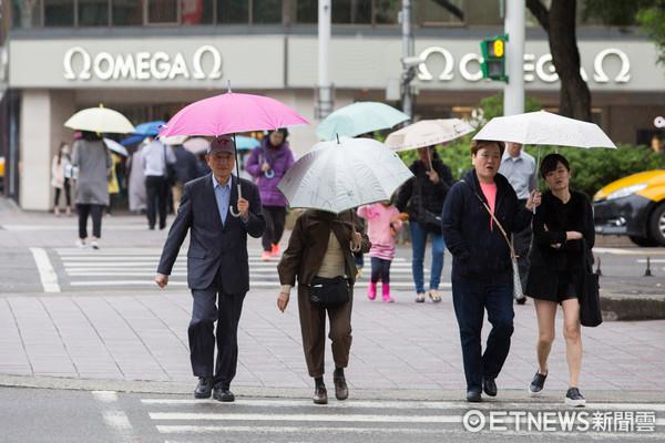 下雨天,撐傘,行人,鋒面,東北季風,天氣,陣雨(圖/記者季相儒攝)