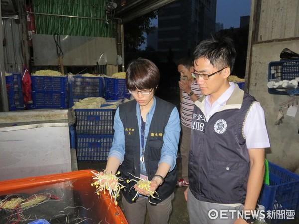 新北市衛生局查獲工業用漂白劑泡製豆芽菜。(圖/新北市衛生局提供)