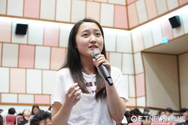 世新大學學生熱情參與課程,與主講人深度對談電視產業發展趨勢。(圖/世新大學提供)