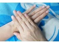 低頭族救星!鎮痛手指操3步驟 改善頸肩僵硬、冰冷手麻