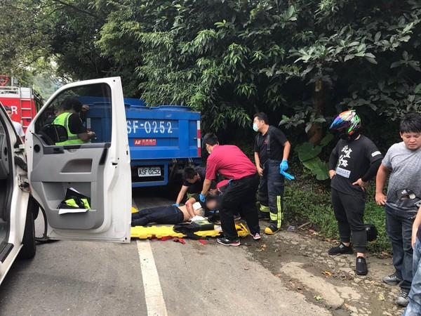 騎士北宜公路過彎不慎摔倒,撞上路邊貨車命危。(圖/記者楊佩琪翻攝)