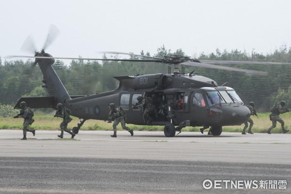 國軍「漢光33號」演習實兵演練,UH-60M通用直升機搭載特戰營突擊著陸(圖/記者季相儒攝)