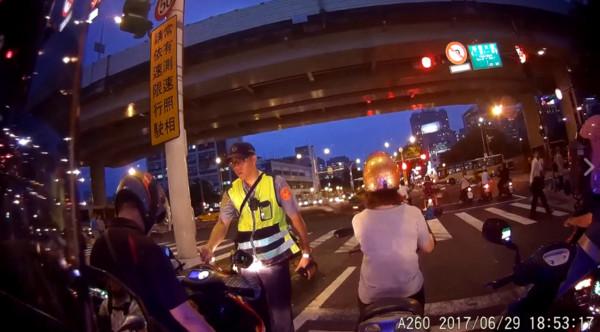 ▲▼等紅燈狂滑手機…警察站面前敲3次 白目騎士GG嚇到抖一下。(圖/翻攝重機天地【我的重機日誌】臉書)