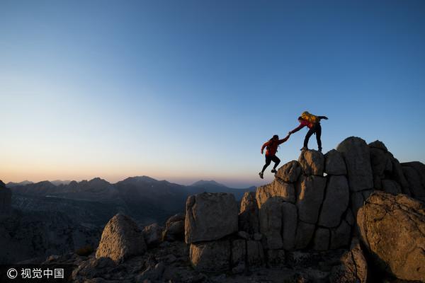 ▲登山,協助,幫助。(圖/視覺中國CFP)