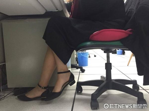 翹腳,OL,錯誤坐姿。(示意圖/記者李佳蓉攝)