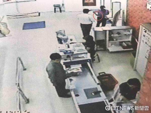 ▲一名陳姓男子涉嫌在大賣場熟食區內偷熟食,警方調閱監視影像。(圖/記者林悅翻攝)