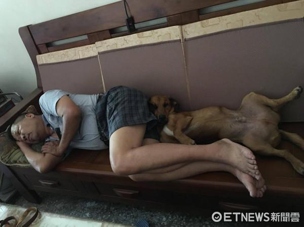 ▲老公嗆「敢養狗你們去睡雞舍!」 現在最愛抱兒子睡覺。(圖/網友林圓圓授權提供)