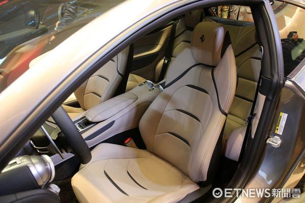 實用四座超跑要價1,790萬起!法拉利GTC4Lusso台灣開賣。(圖/記者張慶輝攝)