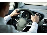 開車這2個習慣易引發腰傷 頻繁剎車當心椎間盤突出