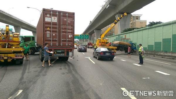 ▲國道1號北上33.7公里處發生連環車禍,車流嚴重回堵。(圖/記者林煒傑翻攝)