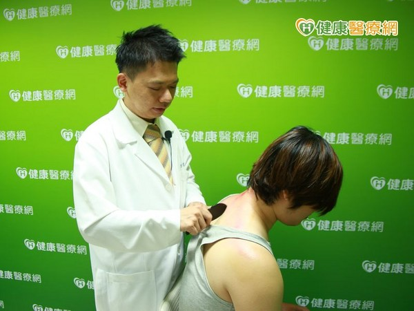 ▲天炎熱防中暑 中醫師教你如何正確刮痧!(圖/健康醫療網)