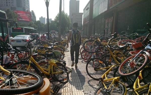 ▲「共享單車」失控 氾濫人行道、社區塞爆。(圖/翻攝自中國新聞網)