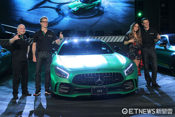 ▲1038萬買賓士超跑!AMG GT R綠色猛獸來襲 阿妹搶先賞車。(圖/記者張慶輝攝)