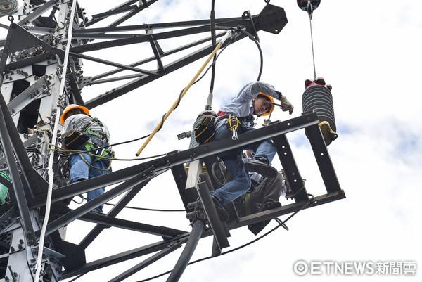 ▲▼台電工程人員執行避雷器更換作業,颱風災後搶修。(圖/記者李毓康攝)